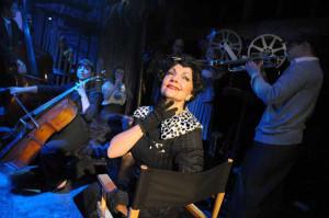 Kathryn Evans nell'edizione londinese con i musicisti attori