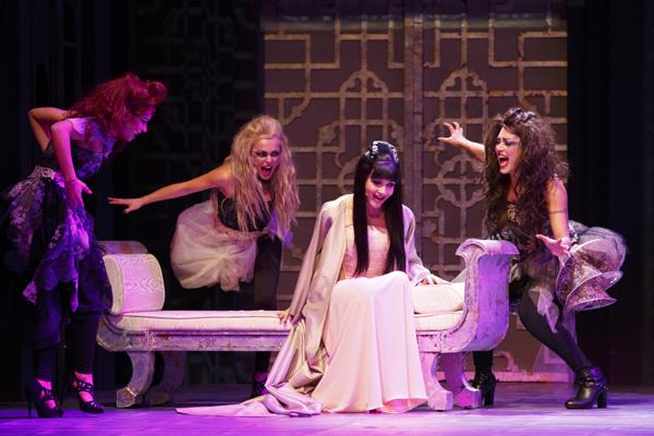Lorella Cuccarini/Turandot e le tre streghe, Gelida (Federica Buda), Nebbia (Silvia Scartozzoni) e Tormenta (Velntina Ferrari)